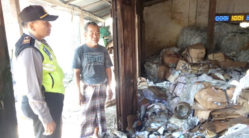 Gudang Rosok Kertas Milik Wazir di Gading Santren Belangwetan Terbakar