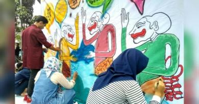 Sambut Pesta Demokrasi, DKV FSRD ISI Surakarta Gelar Aksi Media Graffiti Stensilan di Pasar Gedhe