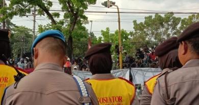 Ada Polwan Negosiator di Aksi Demo Depan DPRD Solo