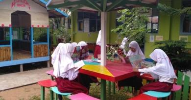 Demi Berdirinya Pondok Baca, Kepala Madrasah Rela Jadi Tukang