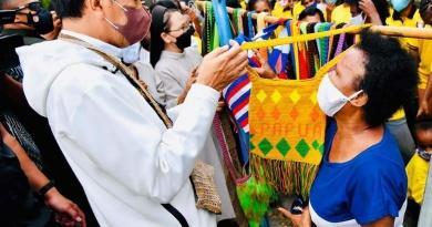 Berhari-hari Tak Ada yang Beli, Tiba-tiba Presiden Joko Widodo Beli Noken Jualannya…